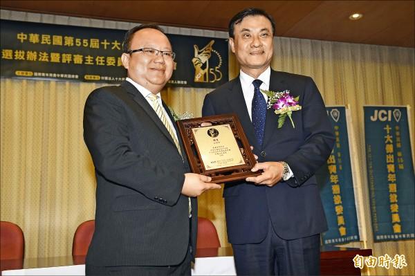 立法院長蘇嘉全(右)受聘為第55屆十大傑出青年評審主任委員。(記者陳志曲攝)