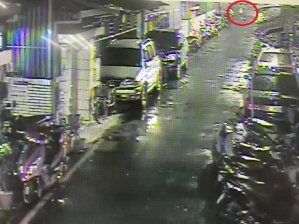 朱嫌離開公寓遭路口監視器拍下。(記者徐聖倫翻攝)
