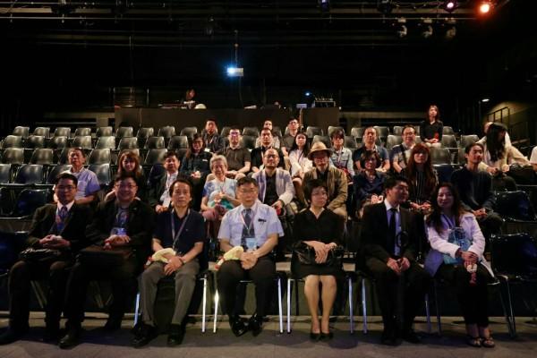 柯文哲昨下午受邀到泰國第一學府朱拉隆功大學戲劇學院聽取簡介。(北市府提供)