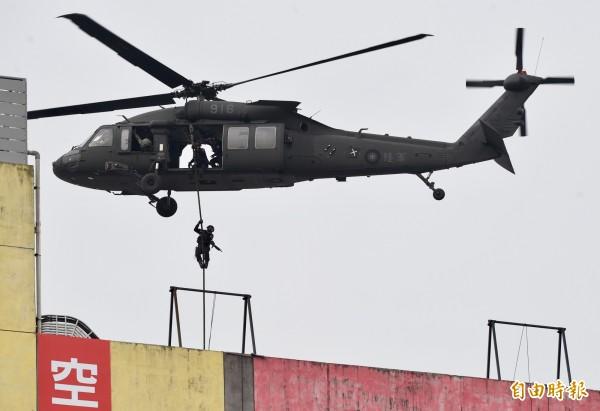 世大運災害防救及反恐演習30日舉行,項目包括黑鷹直升機垂降反恐人員,攻堅搶救人質等演練。(記者簡榮豐攝)