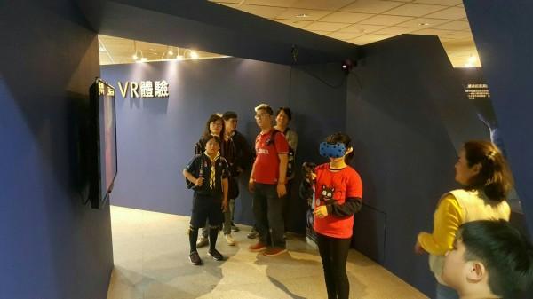 台北市立天文館舉辦宇宙星視界特展,結合時下最新科技VR技術,讓民眾從遊戲中體驗星際旅行。(台北市立天文館提供)