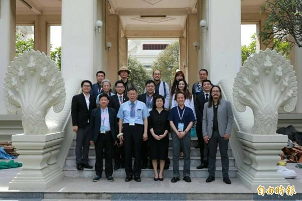 柯文哲出訪東南亞,受邀到「泰國台大」朱拉隆功大學劇場聽取簡介。(北市府提供)