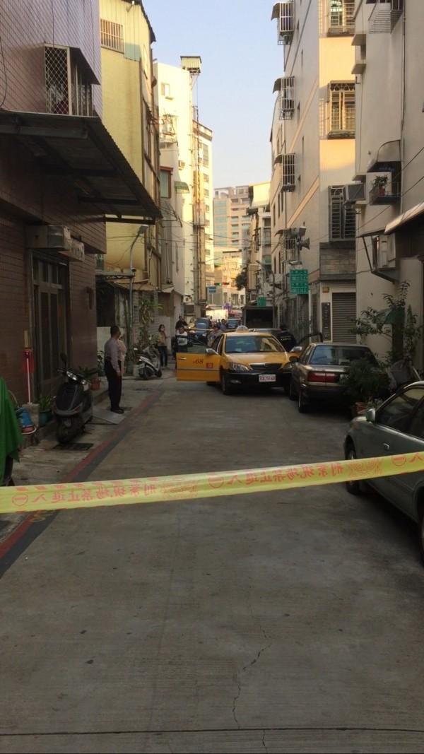 高雄光華夜市附近巷口發生兇殺命案,警方拉起警戒線。(記者方志賢翻攝)