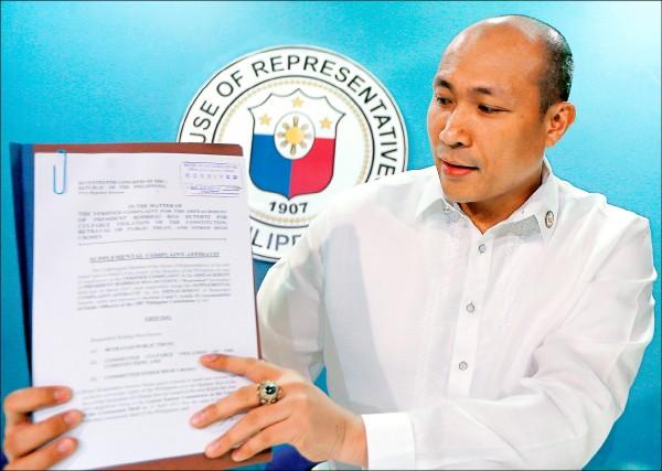 菲律賓反對黨國會議員艾雷哈諾(Gary Alejano)兩週前才以掃毒行動涉嫌違反人道為由在國會提案彈劾總統杜特蒂,他三十日追加指控杜特蒂在南海問題上採「失敗主義立場」,對北京在南海的活動毫無作為。艾雷哈諾說,去年常設仲裁法院宣告中國以「九段線」主張南海主權無效後,杜特蒂的言行顯示,他未能、也無意捍衛國家主權。圖為艾雷哈諾展示補充彈劾書。(美聯社)