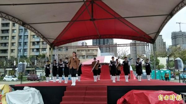 竹北市兒童節歡樂城堡明起(4月1日)3天登場,有遊樂氣墊、兒童劇表演、3隻小豬主題館等多項活動,忠信學校管樂團今天現場採排。(記者廖雪茹攝)