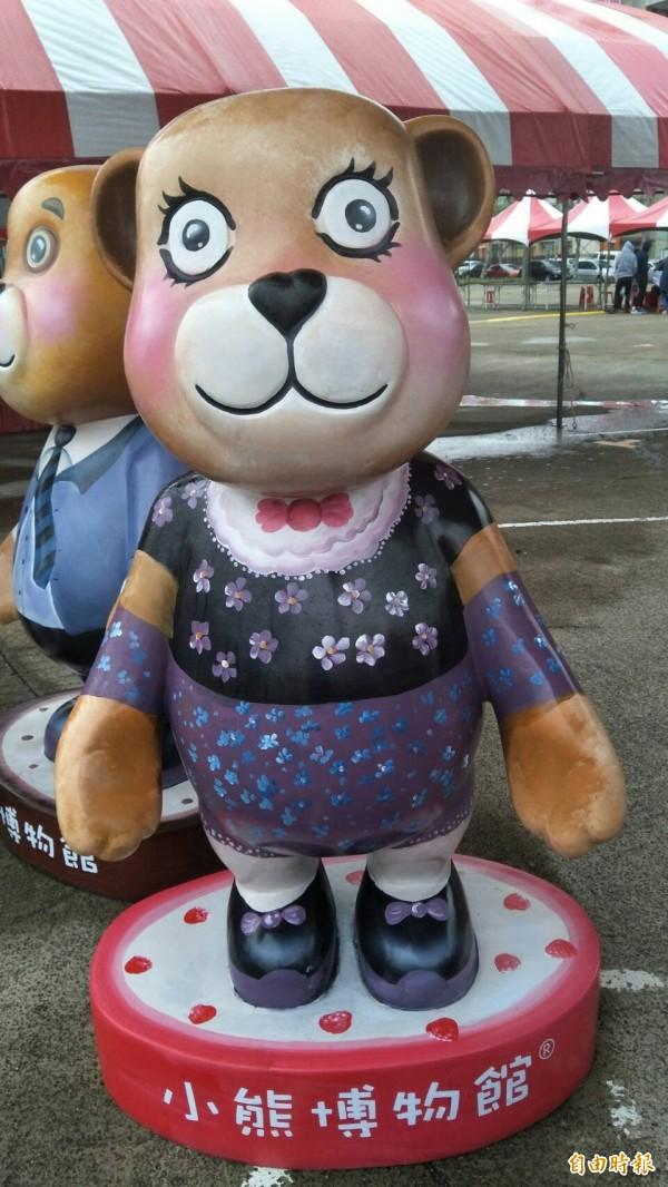 竹北市兒童節歡樂城堡明起(4月1日)3天登場!竹北市公所表示,小熊博物館配合推出10座戶外小熊藝術裝置,集10張小熊合照,每日前200名將送1張小熊兒童票。(記者廖雪茹攝)