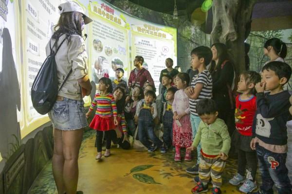 六福村主題遊樂園在兒童節連假4天,推出全民兒童價499元的優惠方案。(六福村提供)
