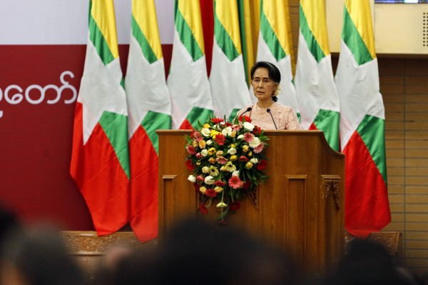 緬甸政治家翁山蘇姬,在出任國務資政滿1周年前夕,對人民發表演說。(歐星社)