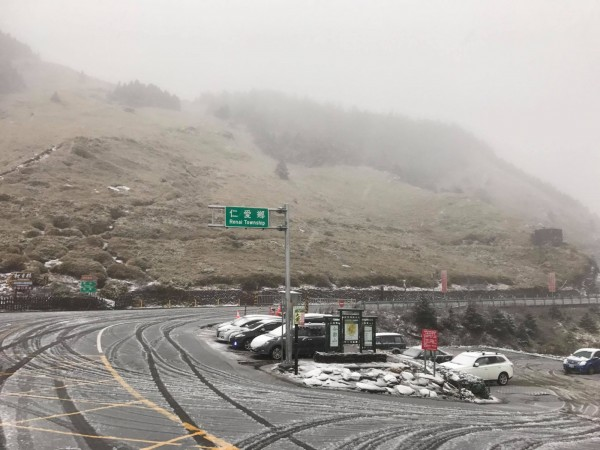 鋒面通過加冷氣團南下,讓合歡山白頭,松雪樓路面結冰。(「合歡山玩雪團」網友林威呈提供)