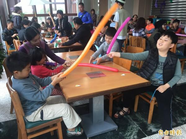 小朋友開心氣球創作。(記者張存薇攝)