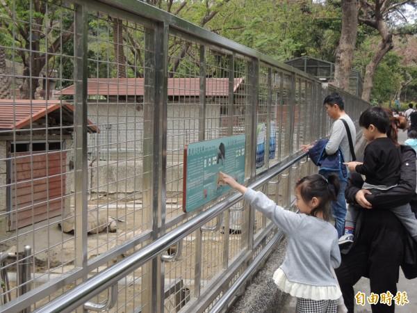 高雄天氣涼爽,壽山動物園一早湧現人潮(記者王榮祥攝)