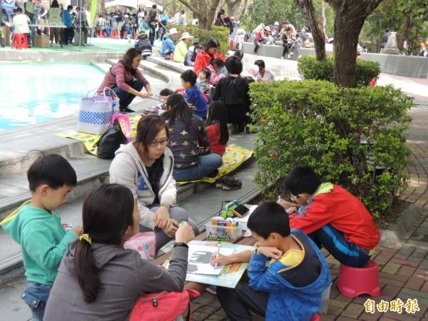 壽山動物園規劃寫生比賽,不少家長陪孩子參加(記者王榮祥攝)