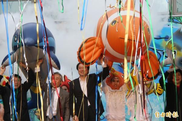 基隆兒童藝術節登場,市長林右昌(左三)歡迎民眾清明連假來基隆走走。(記者林欣漢攝)