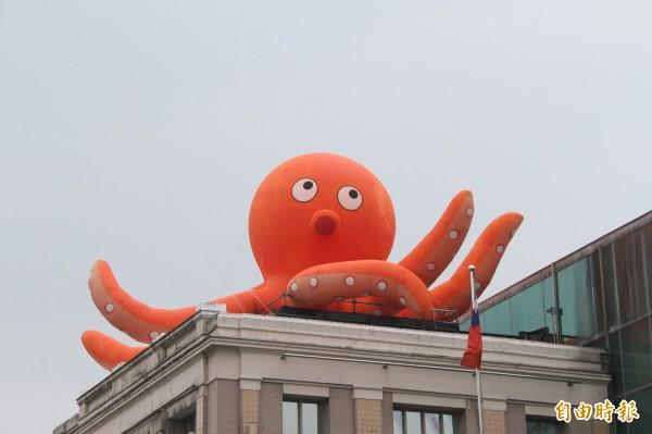 大章魚現身陽明海洋文化藝術館屋頂。(記者林欣漢攝)