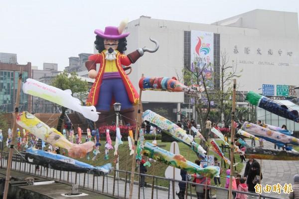 虎克船長與鯉魚旗,讓基隆多了很多色彩。(記者林欣漢攝)