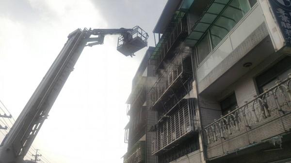 新北市新店區安康路三段一處民宅今下午傳出火警。(記者陳薏云翻攝)