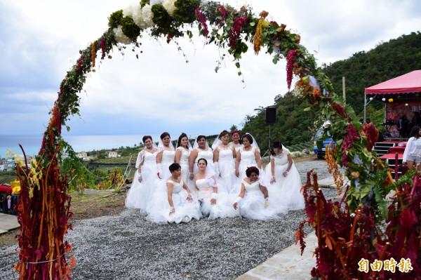 經歷尼伯特風災的香蘭村婦女,今天下午重披婚紗走在紅藜田中,象徵走出風災,走向希望。(記者王秀亭攝)