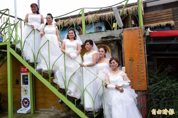 香蘭村婦女穿上婚紗,重溫少女時的情景。(記者王秀亭攝)