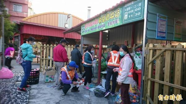 環保局以工代賑召募「資收大軍」,協助回收分類及環境清潔維護工作。(記者黃鐘山攝)