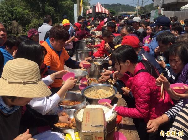 通霄鎮「四庄媽」回鑾,吃飯擔是重頭戲,吸引大批信眾前往。(記者張勳騰攝)