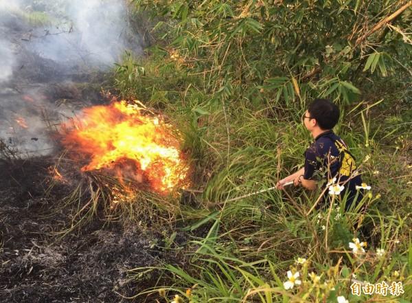 清明連假各地頻傳掃墓火災,消防員疲於奔命。(記者湯世名攝)