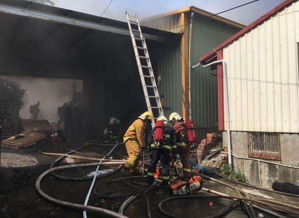 彰化市岸頭巷五金工廠今天下午傳出火災,消防員全力搶救。(記者湯世名翻攝)