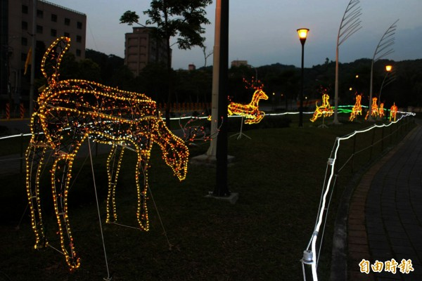 虎頭山公園綠園道側邊,即日起展出3組童趣花燈。(記者陳昀攝)