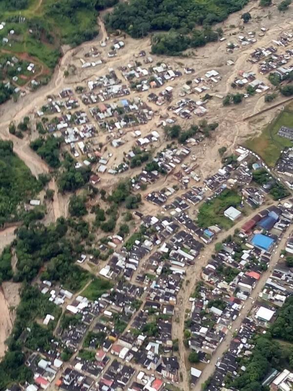 普圖馬約省首府莫科阿市遭土石流侵襲,四處溢流。(歐新社)