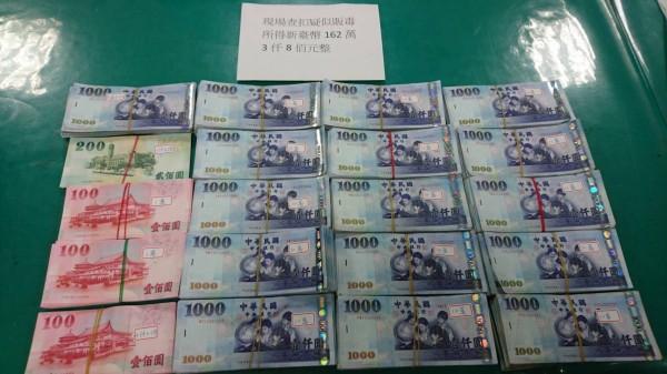 警方搜出疑似販毒贓款162萬3千8百元。(記者徐聖倫翻攝)