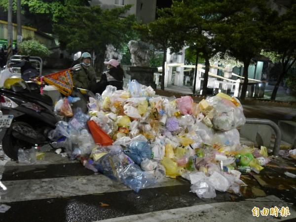 大甲媽祖昨日回鑾,凌晨市區街道可見垃圾堆積。(記者張軒哲攝)