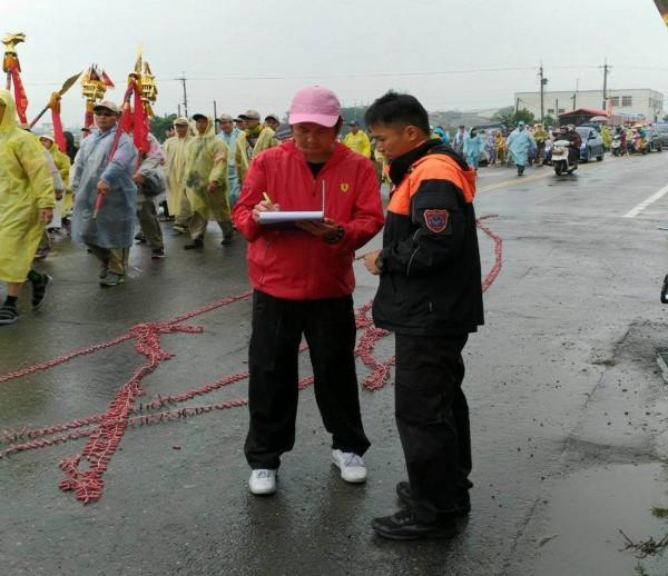 彰化縣消防局今年大甲媽遶境時緊盯煙火施放,並逐一開出勸導單。(記者湯世名翻攝)