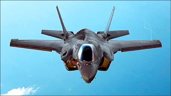 日本讀賣新聞昨在要聞版和國際版分別以頭條報導「美國已將尖端戰機F-35與戰區高空防禦系統(THAAD)列為對台出售標的」。圖為F-35B戰機。(路透資料照)