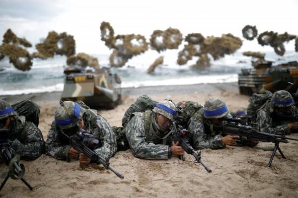 南韓國防部今(3)日表示,美日韓3國在濟州島南面海域,首次聯合舉行為期3天的反潛軍演,用以因應北韓潛艇的威脅。(路透)