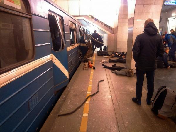 俄羅斯聖彼得堡一列由科技學院站開往先納亞廣場站的地鐵驚傳爆炸,車廂門被炸開,還有數人倒臥在車廂旁。(美聯社)
