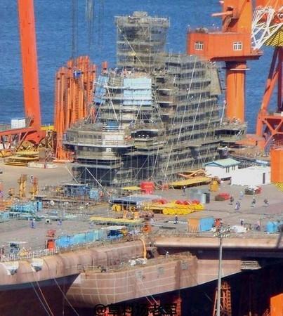 據傳航母將在4月23日中國海軍建軍節日下水。(圖截自網路)