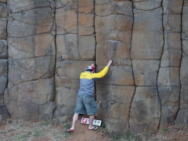 明明腳下有禁止攀爬告示,遊客仍置之不理。(記者劉禹慶翻攝爆料公社)