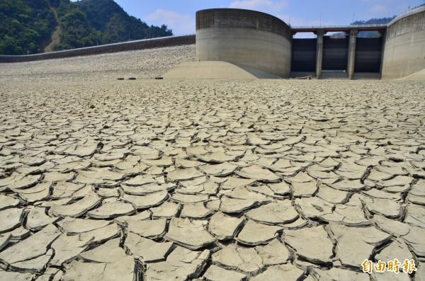 曾文水庫水位持續下探,洩洪口上的平台,驚人的乾裂地層裸露。(記者吳俊鋒攝)