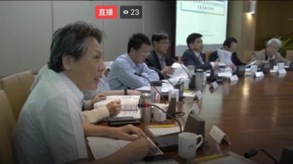 農委會上週四邀公民團體討論農藥議題,左一為防檢局副局長馮海東。(翻攝自網路)