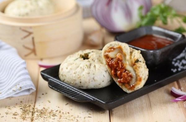 一位美國人在造訪中國後,將包子結合披薩,發明出全新食物包薩。(圖擷自推特)
