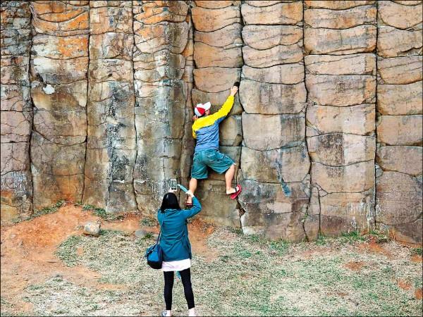 此人任意攀爬玄武岩柱拍照,澎管處及澎湖縣政府已積極介入追查,若查獲將吃罰。(翻攝爆料公社)