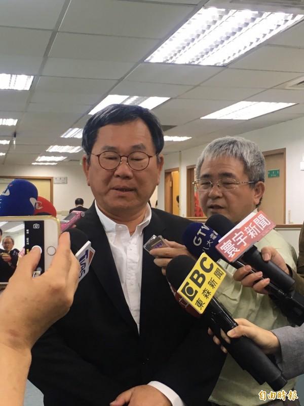 民進黨選對會召集人陳明文於中常會前受訪。(記者蘇芳禾攝)