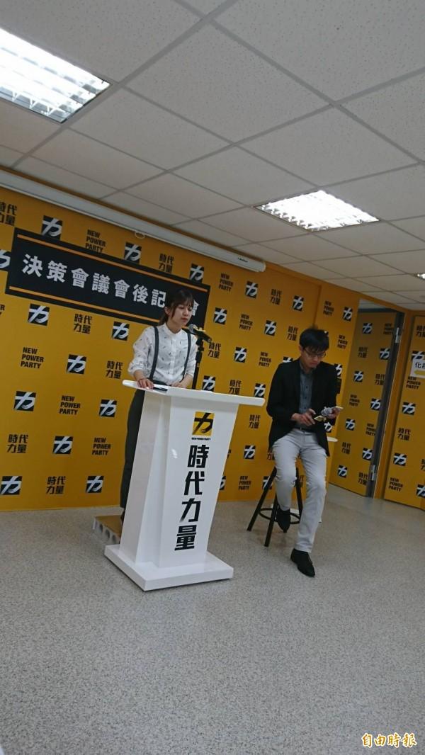 時代力量發言人林穎孟(左)介紹新任智庫副執行長彭盛韶(右)。(記者楊淳卉攝)