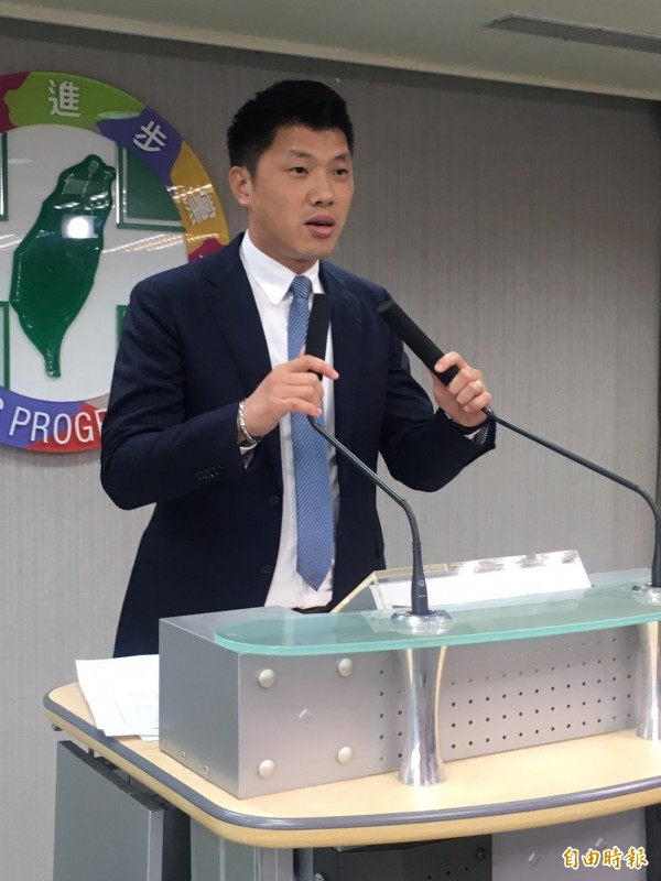 民進黨發言人王閔生進行中常會會後轉述。第一階段先行通過11個特別選區(席次),徵召青年、多元代表參選。(記者蘇芳禾攝)