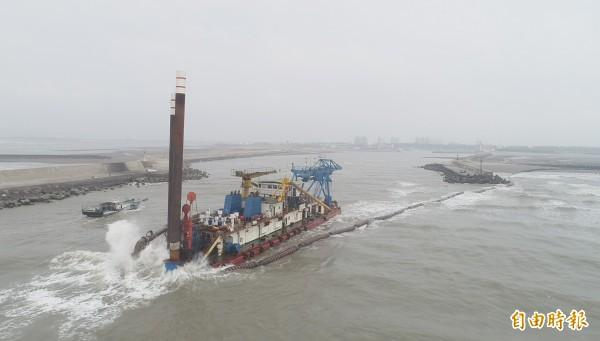 新竹市府進行新竹漁港的清淤沙工程,使用最新的絞吸船和沙腸袋,速度及功率更快,2個月將清出17萬立方米的沙子。(記者洪美秀攝)
