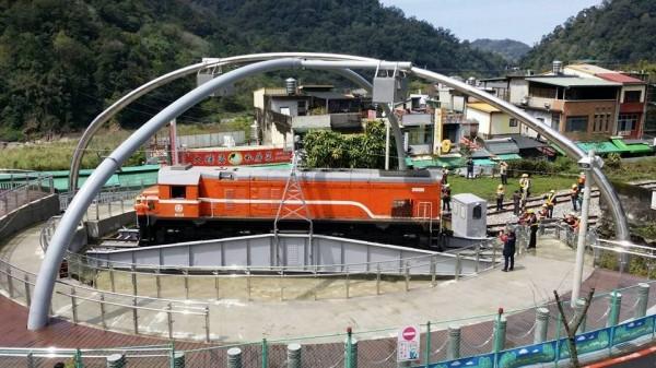 台灣鐵路管理局在內灣支線終點引進的轉車盤已經完工,目前正在測試,不久後就會啟用,且開放讓遊客欣賞「火車調頭」。(圖由台鐵提供)