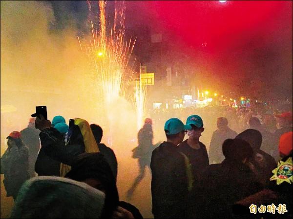 彰化市因為大甲媽遶境時鞭炮產生的煙霧驚人,空污瞬間紫爆。 (資料照,記者張聰秋攝)