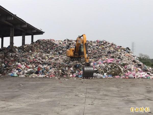雲林縣大量的垃圾堆置在臨時轉運站,對環境和地下水造成二度污染。(記者鄭旭凱攝)