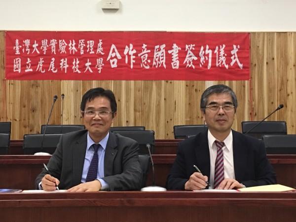 虎科大校長覺文郁(左)與台大實驗林管理處長蔡明哲(右)簽署合作MOU。(虎科大提供、記者廖淑玲翻攝)