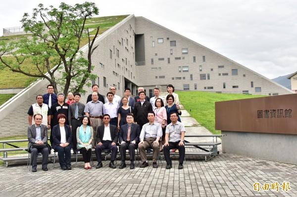 台東大學圖資館月吸1.5萬人,立法院教育文化委員會的立委也來了。(記者黃明堂攝)