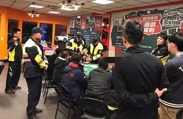 金門警方日前查獲非法經營的德州撲克賭場。(圖由金門警方提供)